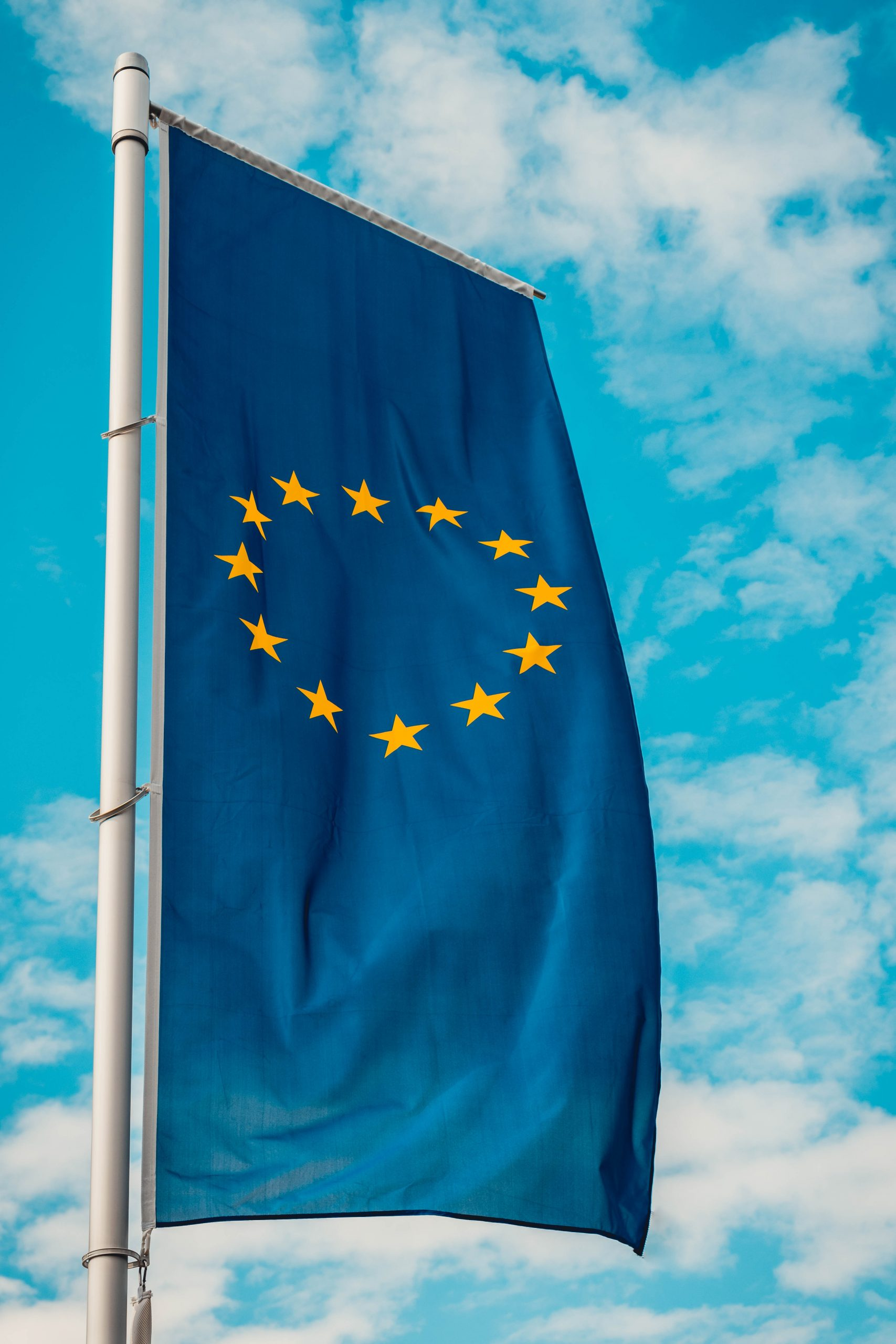 Europäische Flagge mit blauem Himmel im Hintergrund
