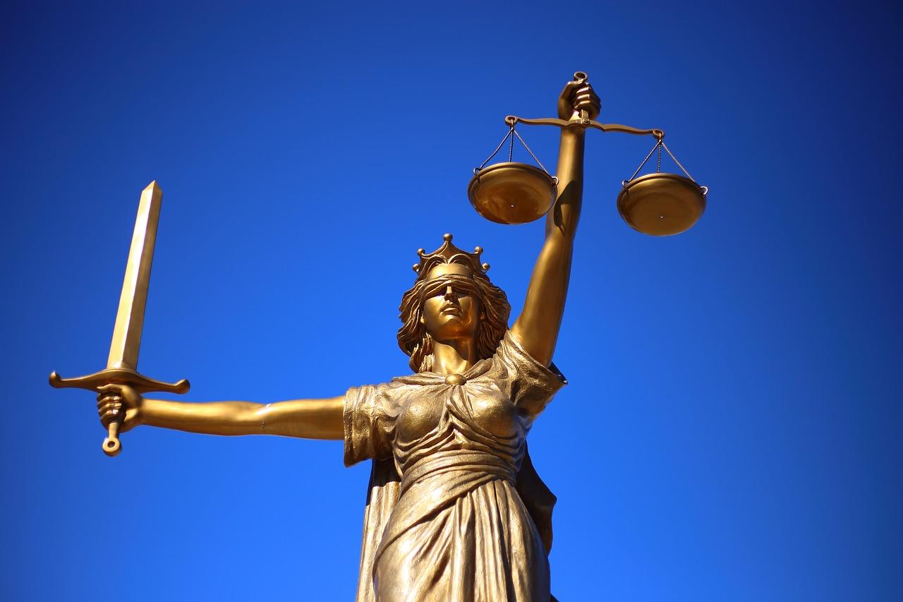 Justiz Statue mit Schwert und Waage in der Hand